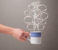 Taza de café con las burbujas dibujadas mano del discurso Imagenes de archivo