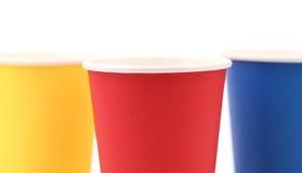 Taza de café de papel colorida. Fotografía de archivo