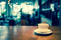 Taza de café en cafetería Fotografía de archivo libre de regalías