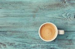 Taza de café fresco en la tabla del azul del vintage Foto de archivo libre de regalías