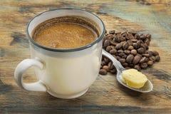 Taza de café graso con mantequilla Imágenes de archivo libres de regalías