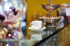 Taza de café italiana del café express en barra contraria Foto de archivo libre de regalías