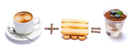 Taza de caf? m?s el postre italiano igualmente cl?sico del tiramisu de las galletas del savoiardi con los ar?ndanos en un vidrio foto de archivo libre de regalías