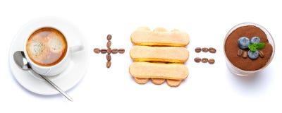 Taza de caf? m?s el postre italiano igualmente cl?sico del tiramisu de las galletas del savoiardi con los ar?ndanos en un vidrio fotografía de archivo libre de regalías
