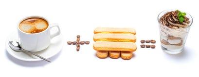 Taza de caf? m?s el postre italiano igualmente cl?sico del tiramisu de las galletas del savoiardi con los ar?ndanos en un vidrio fotos de archivo libres de regalías