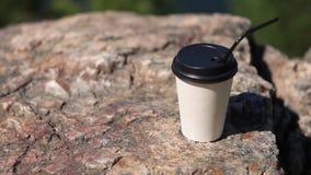 Taza de caf? de papel en fondo natural de la ma?ana metrajes