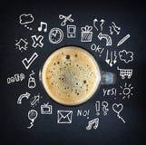 Taza de café sobre la pizarra con bosquejos en el fondo Fotos de archivo libres de regalías