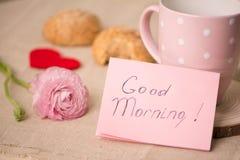 Taza de café y de galletas en la tabla Desear un día agradable Fotos de archivo libres de regalías