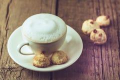 Taza de caf? y de galletas hechas en casa del coco en el postre sabroso del coco del viejo del fondo espacio horizontal de madera imágenes de archivo libres de regalías