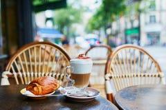 Taza de caf? y de pasteles frescos en Par?s, Francia fotografía de archivo