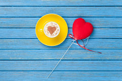 Taza de capuchino con símbolo y el juguete de la forma del corazón Fotografía de archivo