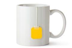 Taza de cerámica blanca con la escritura de la etiqueta de la bolsita de té Imagen de archivo libre de regalías