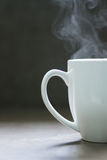 Taza de cerámica blanca de cocido al vapor al vapor caliente Foto de archivo