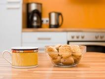 Taza de cerámica coloreada de té Imágenes de archivo libres de regalías