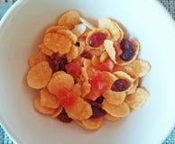Taza de cereal con ron y el pequeño pedazo de fruta Fotografía de archivo