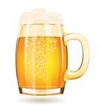 Taza de cerveza aislada en un fondo blanco Fotografía de archivo libre de regalías