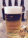 Taza de cerveza con las botellas, foto del concepto de octubre Imagenes de archivo