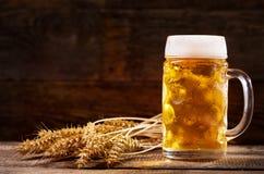 Taza de cerveza con los oídos del trigo Imágenes de archivo libres de regalías