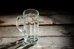 Taza de cerveza de cristal vacía Imágenes de archivo libres de regalías