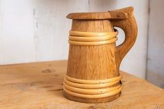Taza de cerveza de madera fotos de archivo