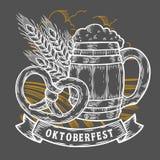 Taza de cerveza de madera del arte, pretzel, trigo Mano grabada vintage negro más oktoberfest feliz Fotos de archivo