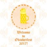 Taza de cerveza de Oktoberfest con espuma Foto de archivo libre de regalías