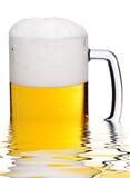 Taza de cerveza en agua Fotografía de archivo