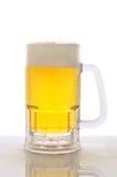 Taza de cerveza en tapa contraria mojada Fotografía de archivo libre de regalías