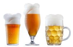 Taza de cerveza escarchada con espuma Foto de archivo libre de regalías