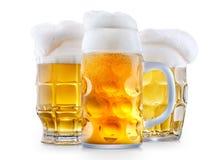 Taza de cerveza escarchada con espuma fotos de archivo libres de regalías