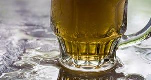 Taza de cerveza fría cubierta de rocio