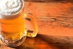 Taza de cerveza fría Imagenes de archivo