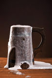 Taza de cerveza fresca. Imagen de archivo