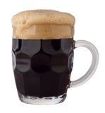 Taza de cerveza oscura imagen de archivo