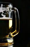 Taza de cerveza sobre negro Foto de archivo