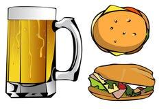 Taza de cerveza y de dos hamburguesas Imagen de archivo