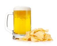 Taza de cerveza y pila de patatas fritas Fotografía de archivo