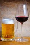 Taza de cerveza y vidrio de vino Imagenes de archivo