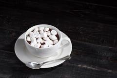 Taza de chocolate caliente con las melcochas Imagenes de archivo