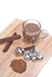 Taza de chocolate caliente, de cuchara dosificadora, de polvo del chocolate y de choc Fotos de archivo libres de regalías
