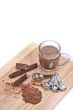 Taza de chocolate caliente, de cuchara dosificadora, de polvo del chocolate y de choc Imagen de archivo libre de regalías