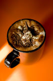 Taza de chocolate caliente en fondo anaranjado vibrante Fotos de archivo libres de regalías