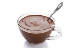 Taza de chocolate caliente en un fondo blanco Foto de archivo