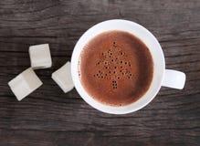 Taza de chocolate caliente o de cacao con las melcochas Foto de archivo