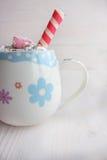 Taza de chocolate caliente y de caramelo Imagen de archivo libre de regalías