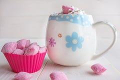 Taza de chocolate caliente y de caramelo fotografía de archivo libre de regalías