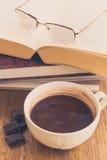 Taza de chocolate en superficie de madera con los libros Imagenes de archivo