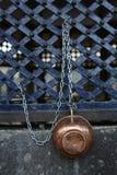 Taza de cobre del waret en la mezquita (magnífica) de Ulucami, Diyarbakir, Turquía imágenes de archivo libres de regalías