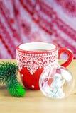 Taza de cocao caliente con el juguete y el pino de cristal de la Navidad Fotografía de archivo