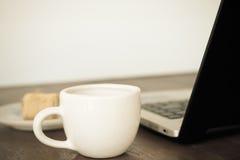 Taza de cofee en el vidrio blanco Fotos de archivo libres de regalías